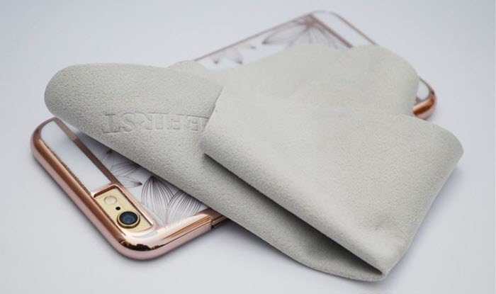 Вытираем промокший телефон сухой тканью